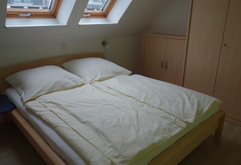 Schlafzimmer unten mit Bettbezug